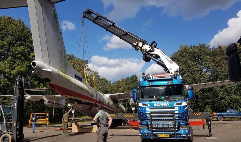 Voor transport moest het vliegtuig uit elkaar gehaald worden.