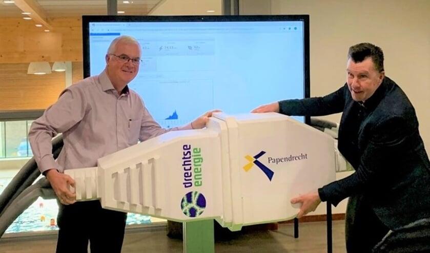 • Ton Koedooder en wethouder Arno Janssen (rechts) openen het zonnedak.