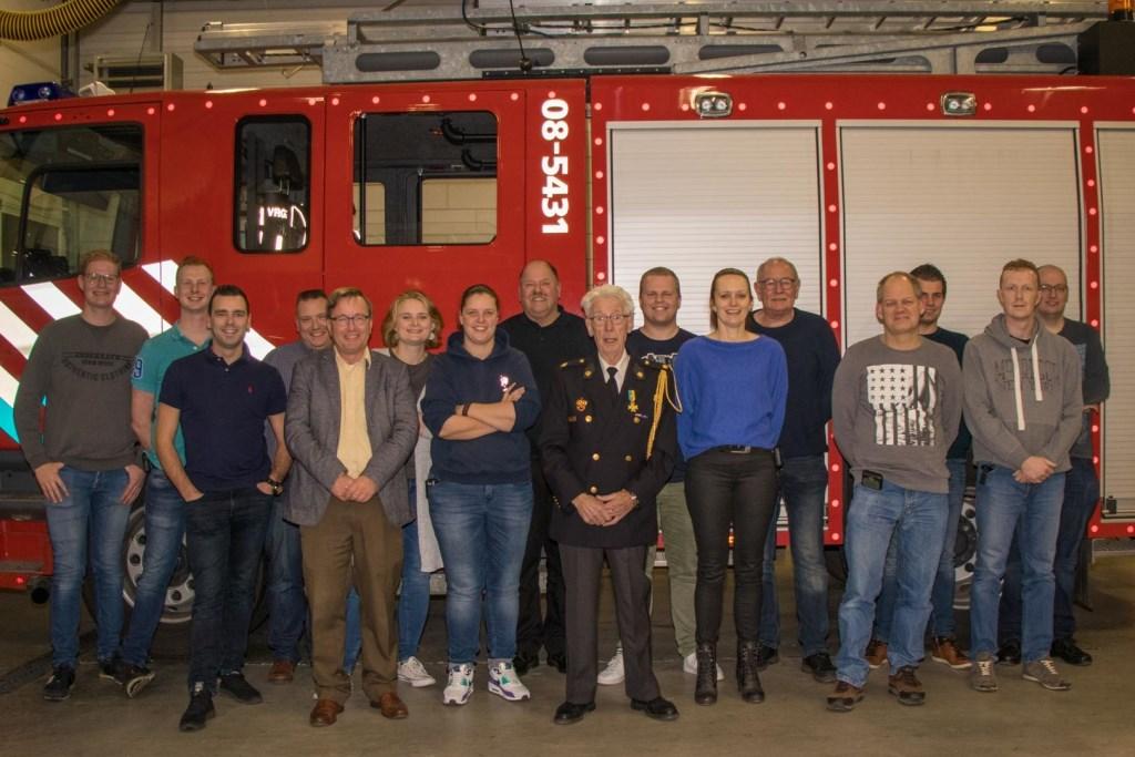 • Aart met de hoofdleiders van jeugdbrandweer Gelderland-Zuid.. Foto: Jurgen Versteeg © Bommelerwaard
