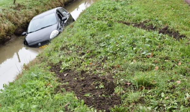 • Het is niet duidelijk waardoor de auto in de sloot terechtkwam. Foto: Hans Verbeek - Meesters Multi Media © Bommelerwaard