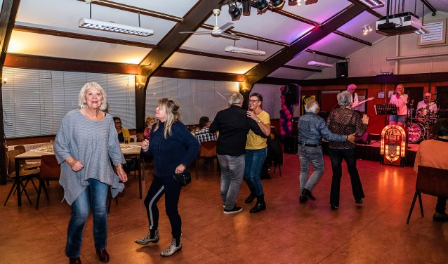Back To The Sixties dansavond in West-End Foto: Nico Van Ganzewinkel © Leerdam