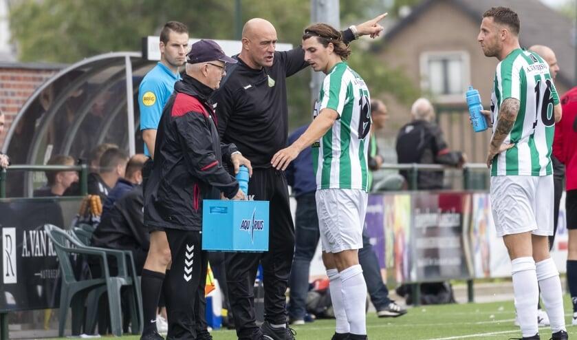 • John Karelse in actie als trainer/coach van Achilles Veen.
