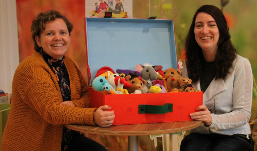 """• Corine Verspui (rechts) en Annelieke van Daalen met de koffer van Lilaland: """"Onderzoekend en ontwerpend leren geeft kinderen en professionals veel plezier."""""""