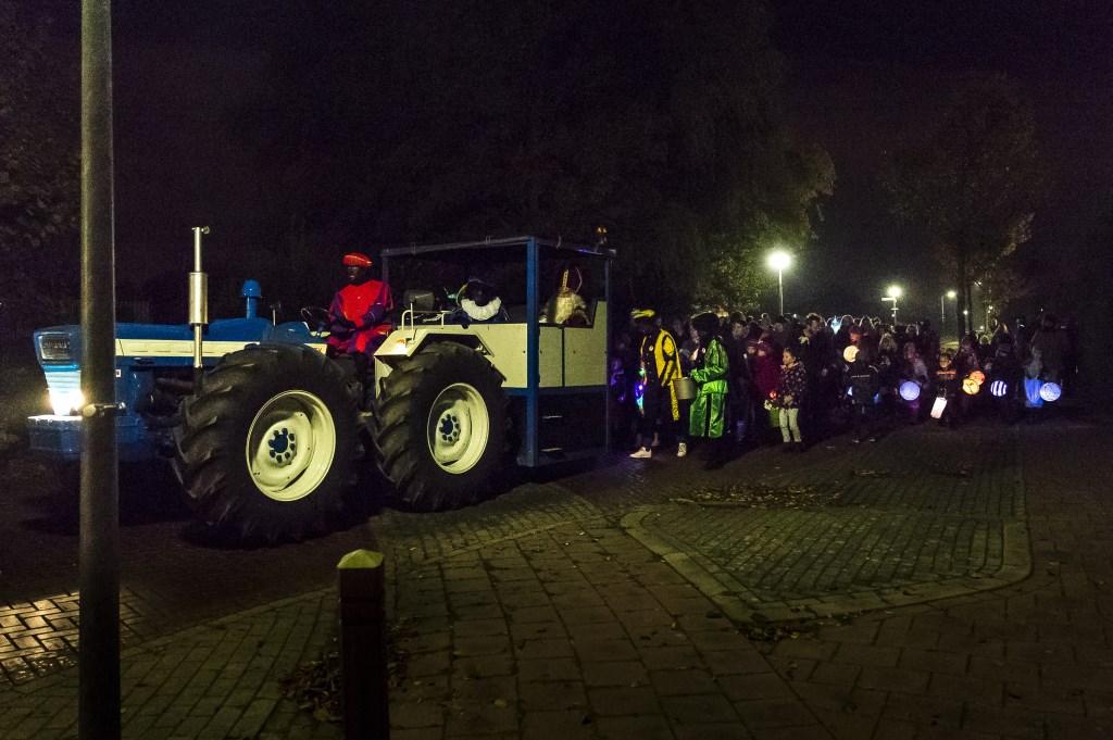 • Sinterklaas werd rondgereden met een mooie blauwe trekker. Foto: Gijs van Tuijl © Bommelerwaard