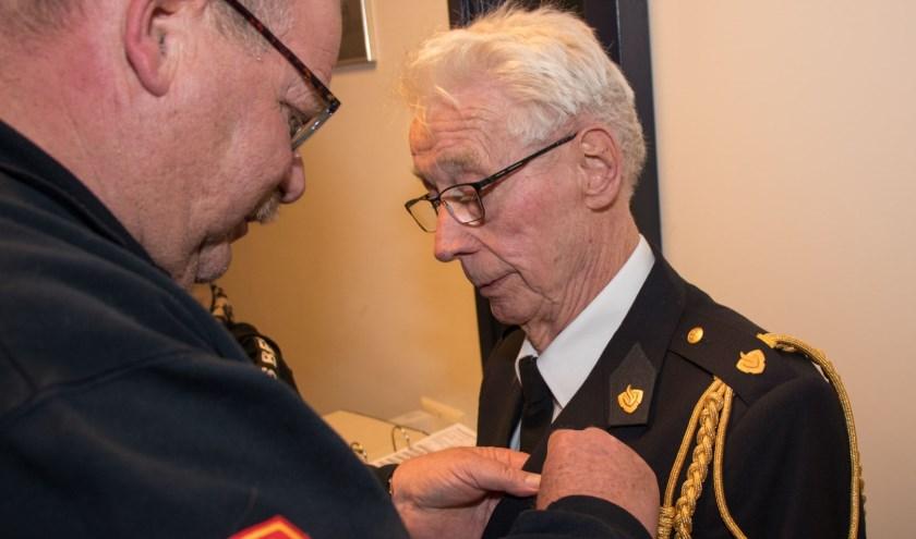 • Jan van Amerongen, coördinator van de jeugdbrandweer Gelderland-Zuid overhandigde het lintje.