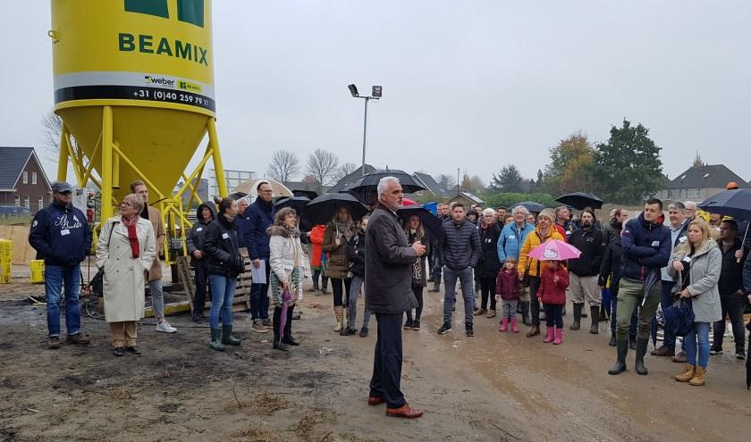 • Wethouder Peter de Vries spreekt de toekomstige bewoners en andere belangstellenden toe.
