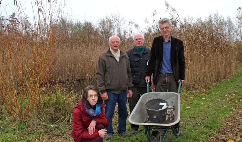 • Nel, Jan, Ad en Jacques (vlnr) bij de vijver in de heemtuin van het streeknatuurcentrum.