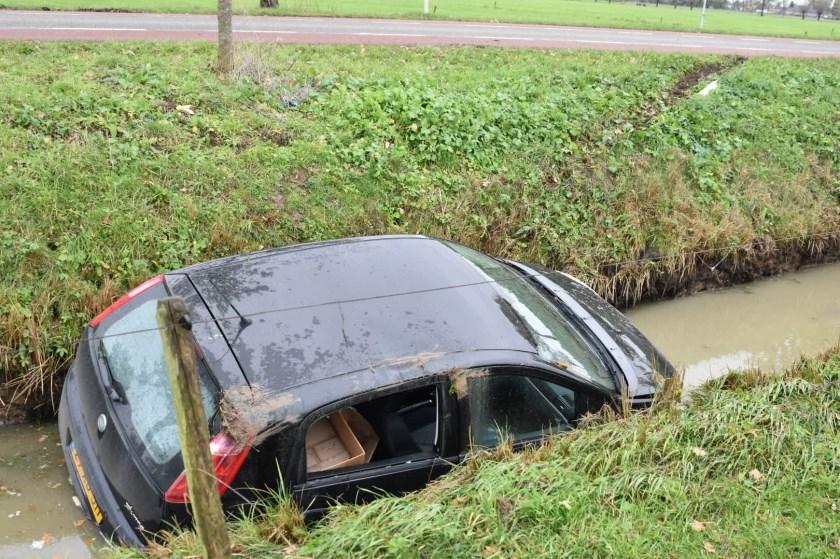 • Het is niet duidelijk waardoor de auto in de sloot terechtkwam.