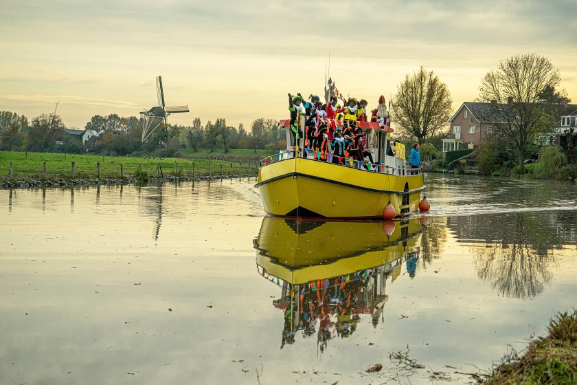 • Sint en zijn Pieten kwamen met dit bootje over de Linge gevaren.