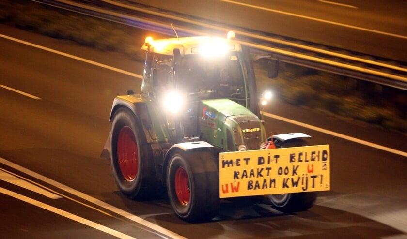 • Een protesterende boer op de A2.