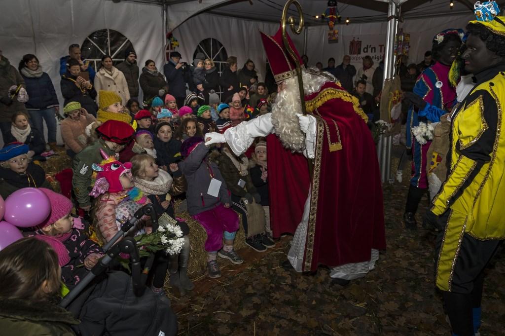 • Sinterklaas en alle kinderen werden ontvangen in een verlichte tuin. Foto: Gijs van Tuijl © Bommelerwaard