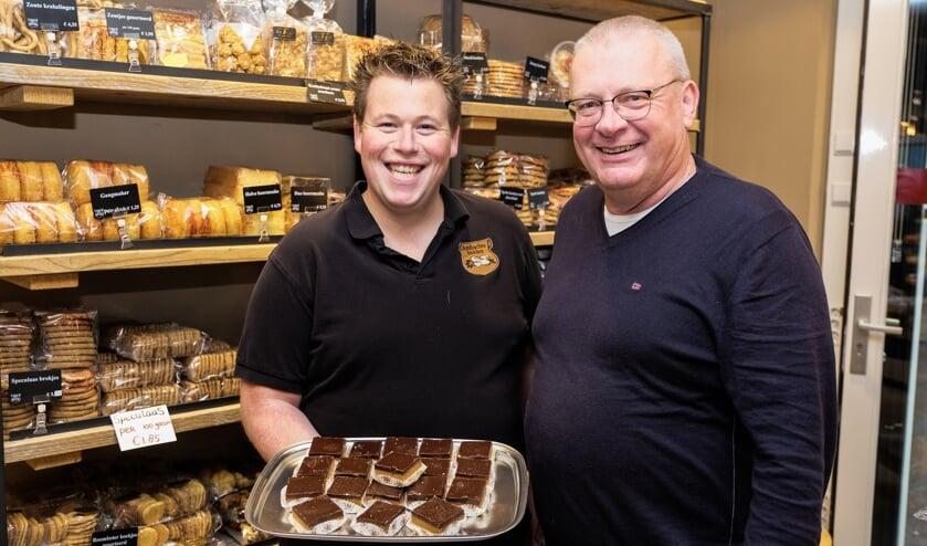 • Speciaal voor de Lichtjesavond maakt bakkerij De Jager een troostkoek, Ben de Weerd (r) is er blij mee.
