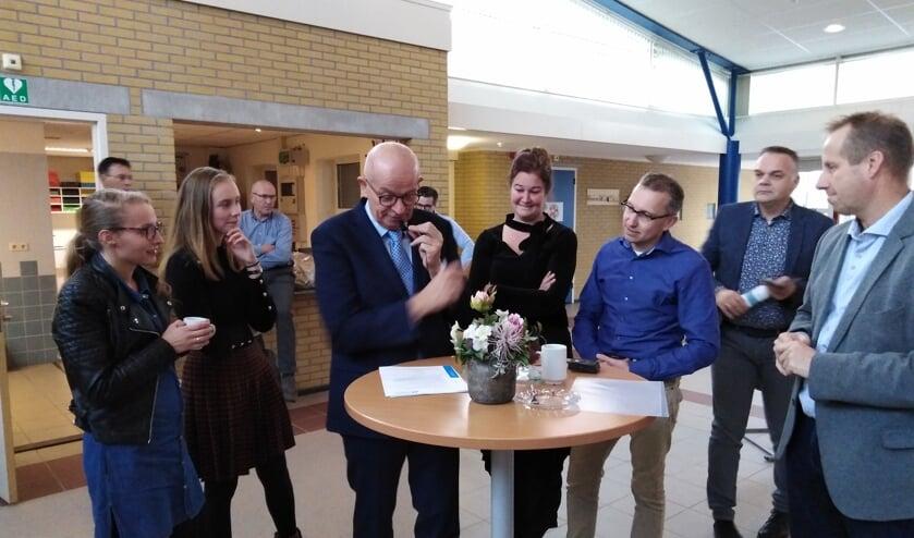 Ad Geuze ondertekent als directeur het certificaat.