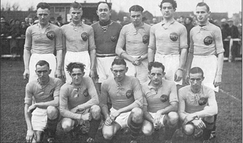 • Kampioensteam 195-1946 met Rinus Terlouw.