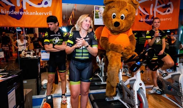 Cheques voor Nathalie Binnenveld   -  Spinning Marathon voor Kika Foto: Nico Van Ganzewinkel © Vianen