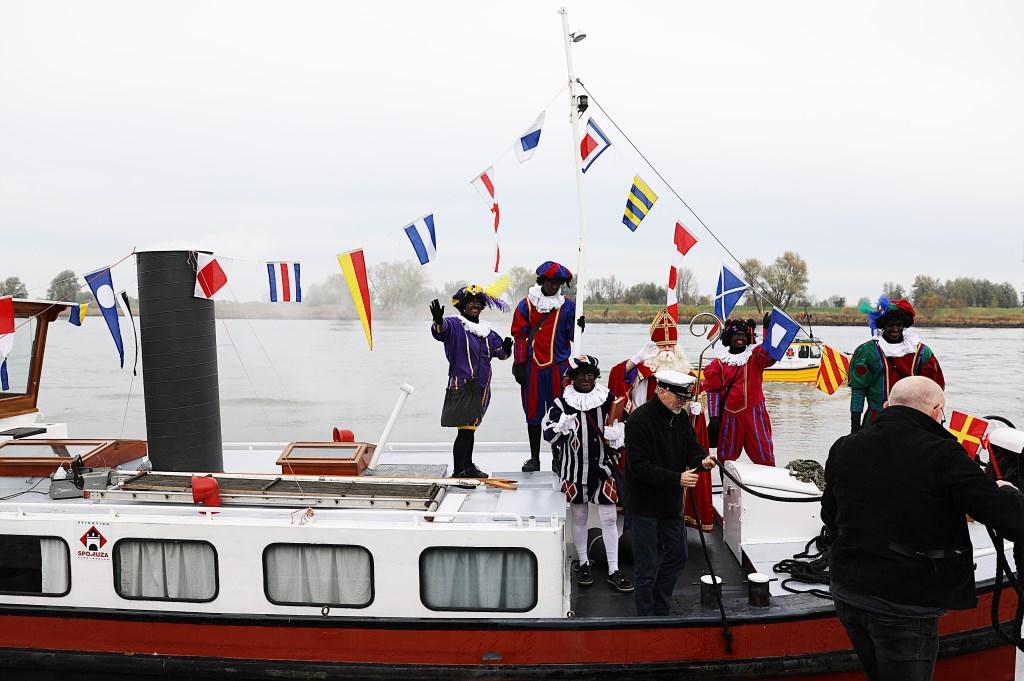 • Sinterklaas komt aan in Nieuwpoort. Foto: Rick den Besten  © Alblasserwaard