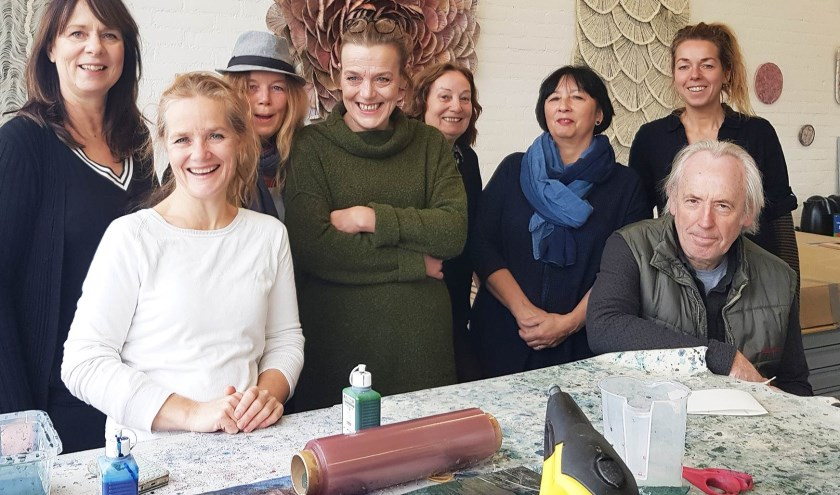 • V.l.n.r. Sonja de Jongh, Leontien Vossen, Martie van den Bogert, Annita Smit, Anne-Marie Buitehuis, Ellen Venrooy, Jos Scholtes en Renate Vos stellen hun atelier open. Peter van Venrooy en Rinske van Dijk ook, maar zij ontbreken op de foto.