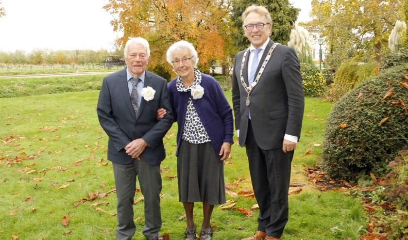 • Burgemeester Harry Keereweer feliciteerde het bruidspaar.