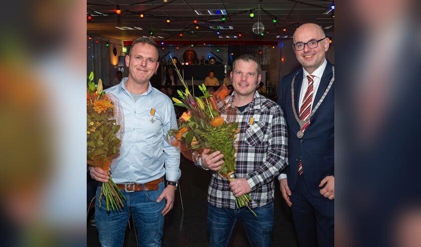 • Burgemeester Martijn Vroom met de twee gedecoreerde brandweerlieden.