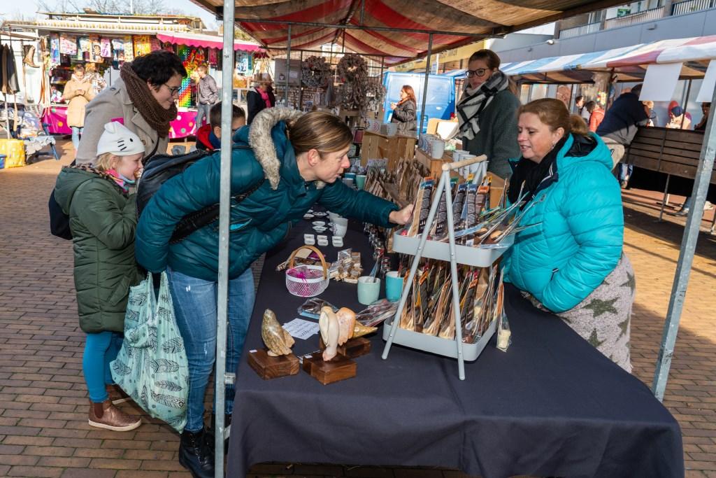 Snuffelmarkt op winkelcentrum de Hagen Foto: Nico Van Ganzewinkel © Vianen