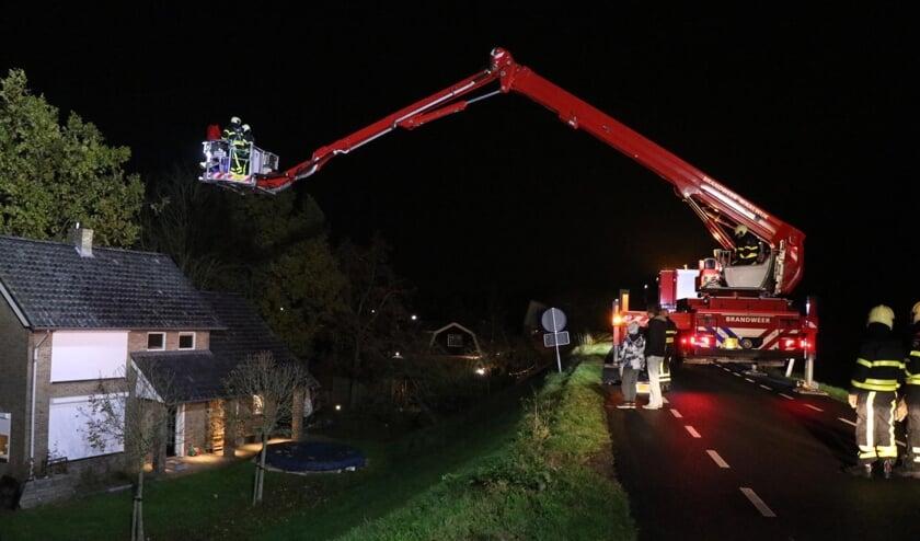 • De brandweer pakte met een hoogwerker de schoorsteenbrand aan.