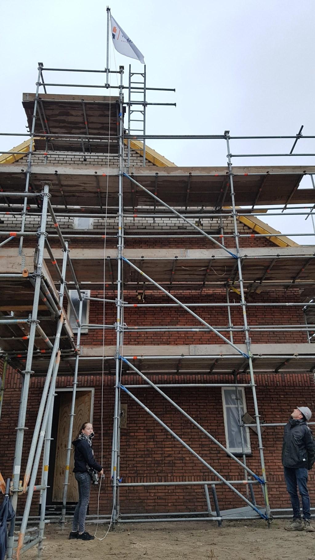 • De vlag wordt gehesen bij nieuwbouwproject Weteringshoek. Foto: aangeleverd © Bommelerwaard