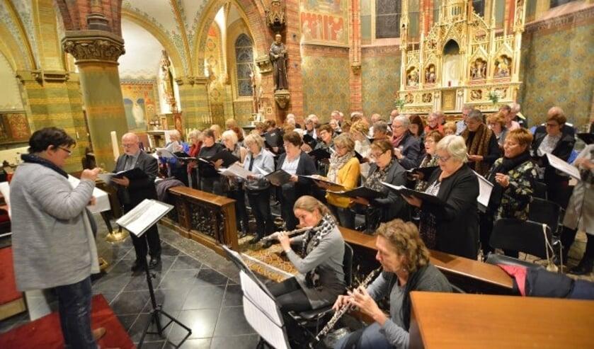 Het Middenkoor met fluit, hobo en piano repeteert in de Franciscuskerk o.l.v. Monique van den Hoogen het Klein Kerst Oratorium van Huub Oosterhuis. (Foto: Paul van den Dungen)