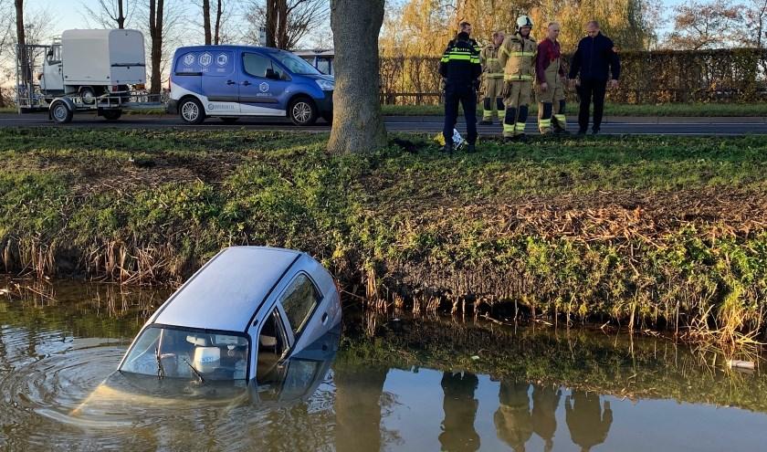 • Auto te water langs het Kortgerecht in Schoonrewoerd.