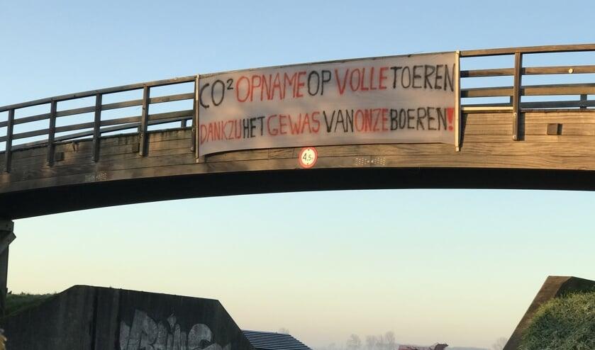 Spandoek aan de fietsbrug van Werkendam.