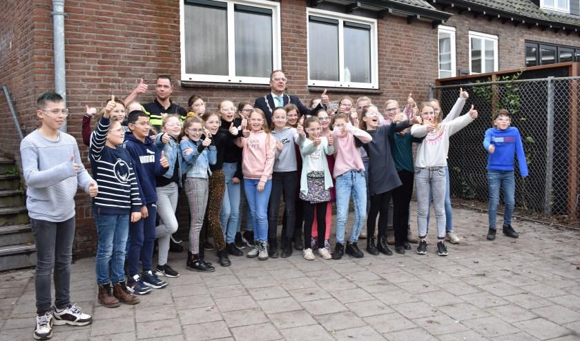 • Burgemeester Jaap Paans heeft leerlingen van De Schalm voorzien van vuurwerkbrillen.