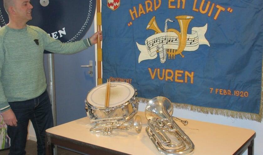 • Johan Zandee bij het vaandel en rad van fortuin van Brassband Harp en Luit in dorpshuis de Koels te Vuren.