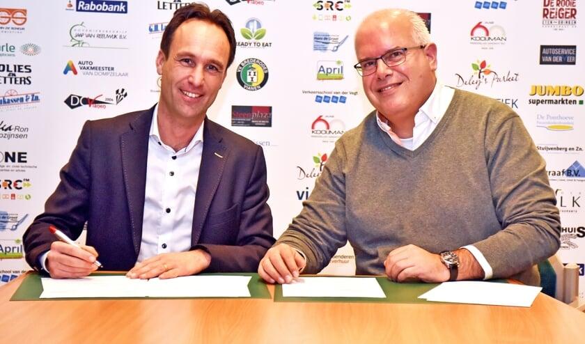 • Kloos en Anastassiadis tekenen het contract.