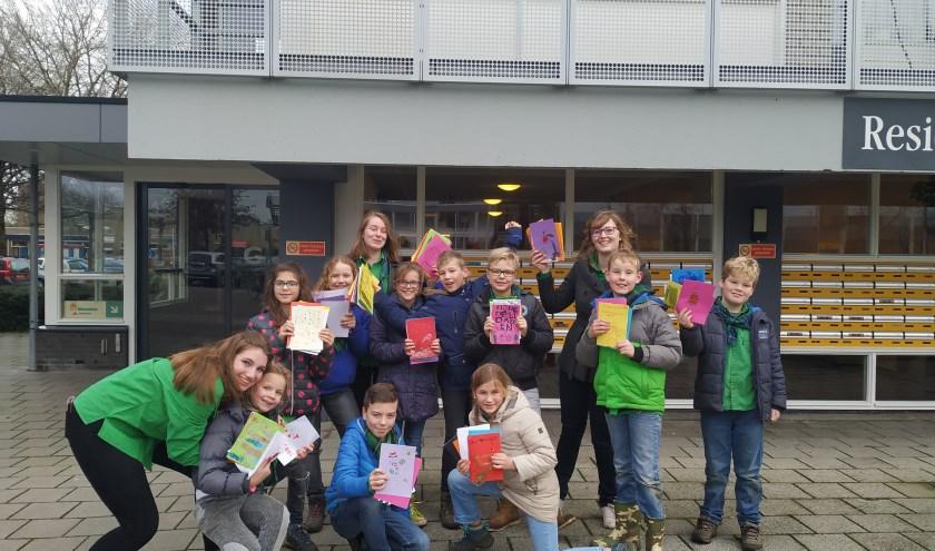 Een deel van de welpen van Scouting van Brederode bezorgt de zelfgemaakte kerstkaarten in Papendrecht