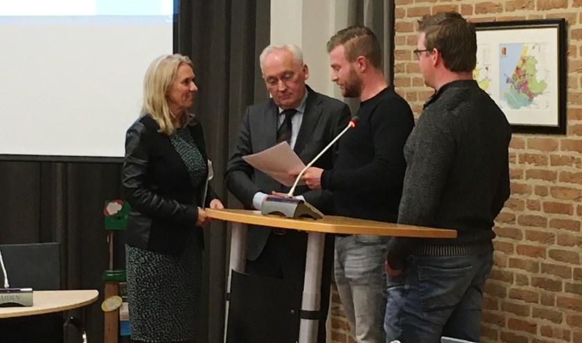 • Kant en Van der Vlist overhandigden de petitie aan wethouder Lanser en burgemeester Van der Borg.