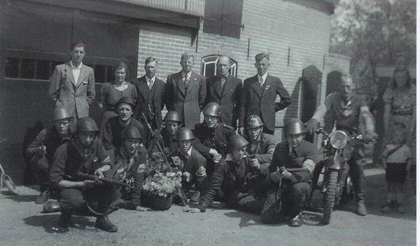 • De verzetsgroep in Ammerstol. De foto werd op 10 mei 1945 gemaakt.