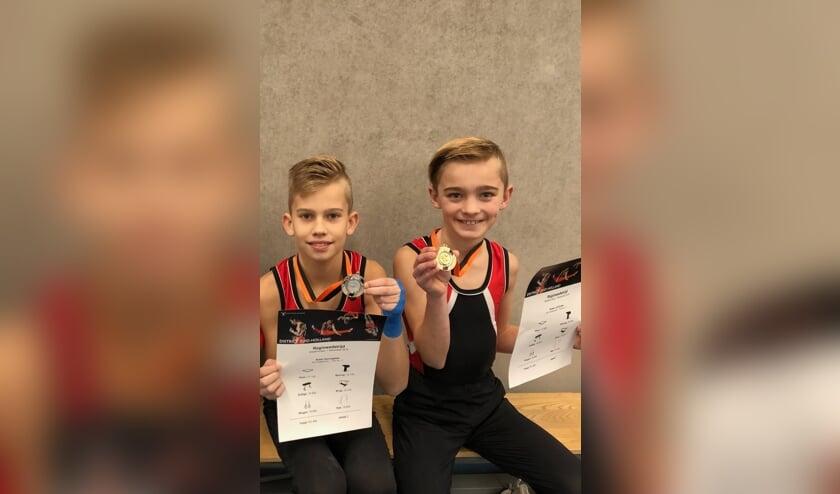 • Robin Kannegieter en Ruben van de Enden (rechts) tonen hun medailles.