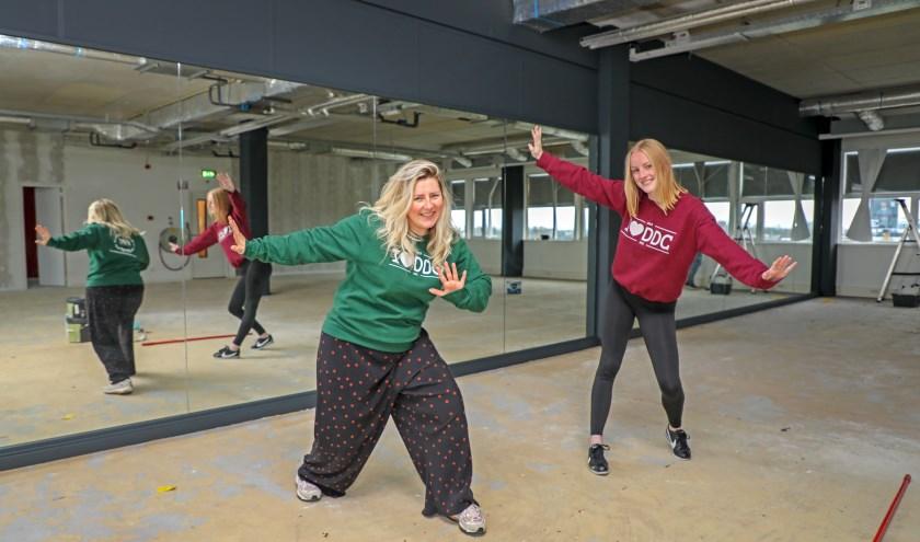 • Mees Heijman (l) en dansdocente Gioia Ouwejan in de nu nog kale nieuwe danszaal.