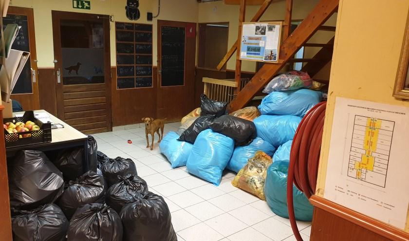 • De centrale hal. In de vuilniszakken zit textiel, dat nog opgehaald moet worden door Stichting DierenLot.