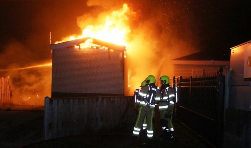 • Twee huisjes brandden uit, twee andere raakten beschadigd.