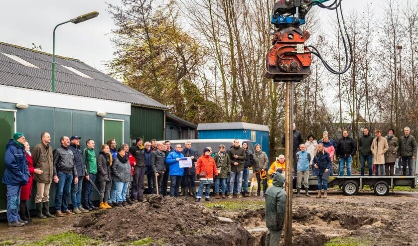 • Vrijdagmiddag werd onder het toeziend oog van vele belangstellenden de eerste paal geslagen voor drie nieuwe schansen van polsstokvereniging Polsbroekerdam.