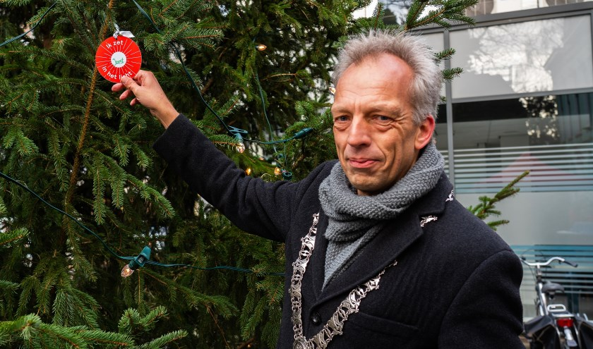 Burgemeester Fröhlich hangt eerste wensbal in Joris'Kerstboom Leerdam