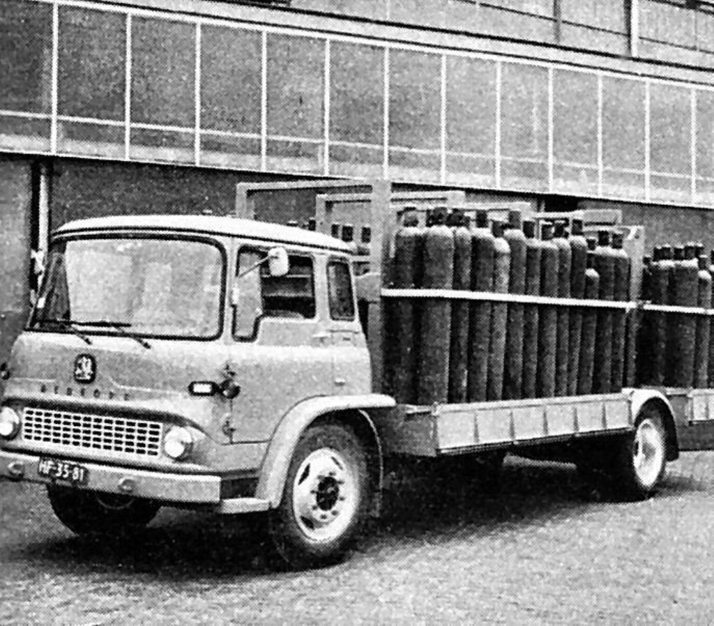 • Eerste vervoer van staande cilinders in 1964.  © Klaroen