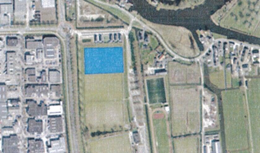 • De locatie langs de Vinkenpolderweg waar de camperplaats gaat komen.