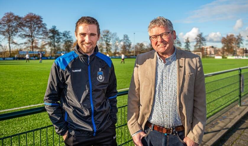 • Dieks Potuyt is benoemd tot erelid van vv Bergambacht. De oud-voetballer, vrijwilliger en vice-voorzitter wordt geflankeerd door zijn jongste zoon Jordy.