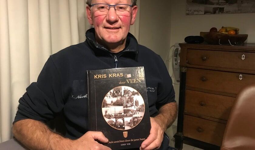 Goof Vos met zijn boek 'Kris Kras door Veen'.