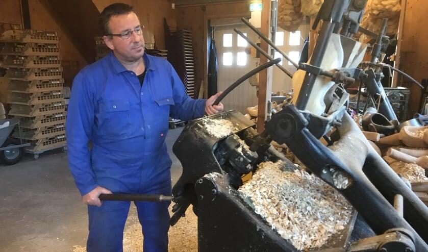 Peter den Dekker in zijn klompenmaker aan de Korn in Dussen.