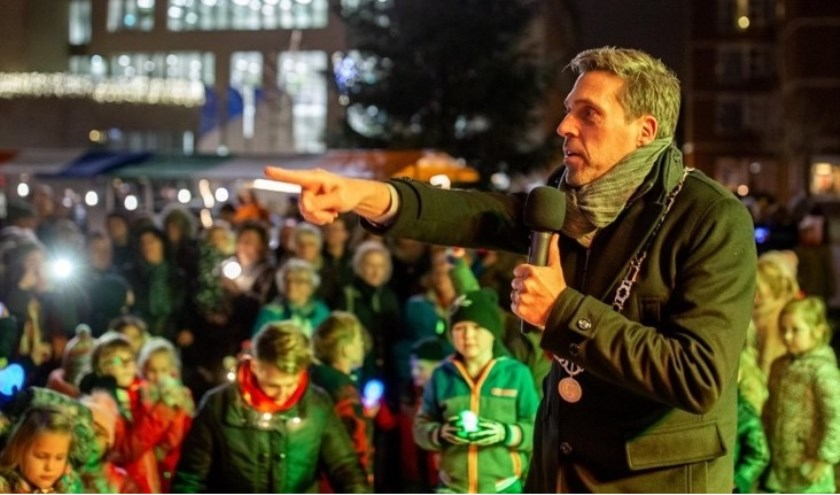 • Burgemeester Moerkerke vorig jaar tijdens het ontsteken van de kerstboom.