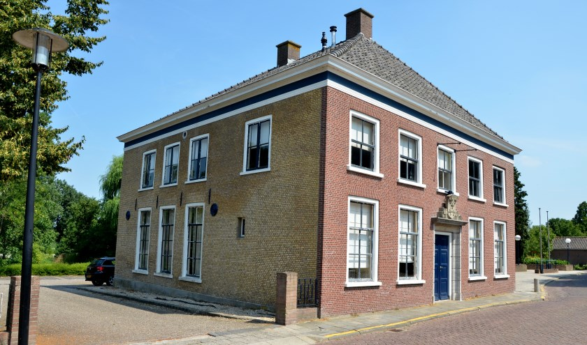 • Het voormalige gemeentehuis van Streefkerk.