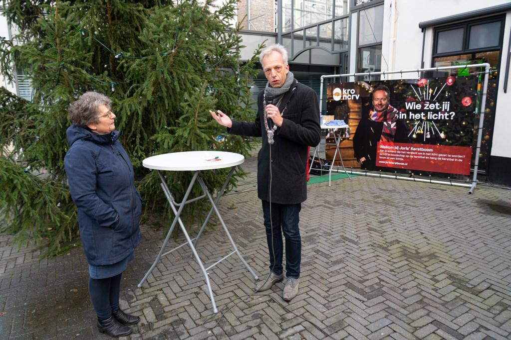 Burgemeester Fröhlich hangt eerste wensbal in Joris'Kerstboom Leerdam Foto: Nico Van Ganzewinkel © Leerdam