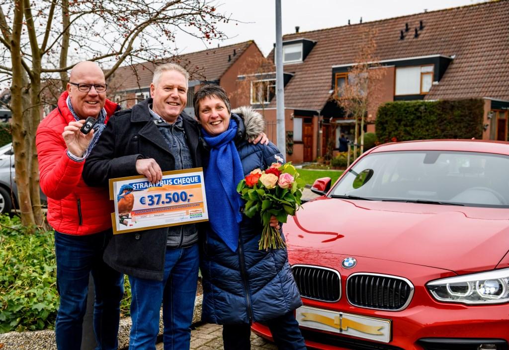 • Hans en Karin uit Alblasserdam winnen 37.500 euro en de auto.  © Klaroen